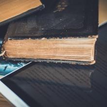 Buch liegt auf Tablet